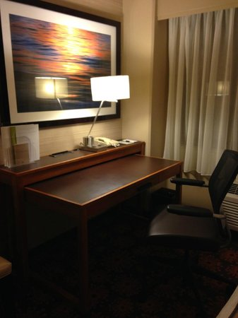 DoubleTree by Hilton San Francisco Airport : Desk in the room