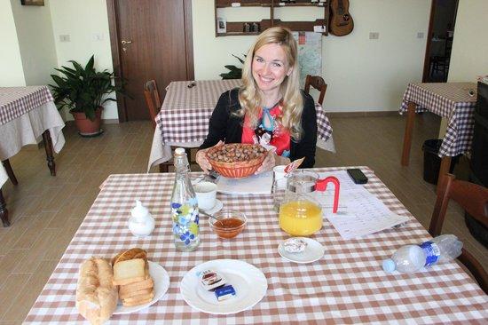 Agriturismo Albachiara : Разнообразные завтраки и местные орешки - лучшие в мире- в неограниченном количестве
