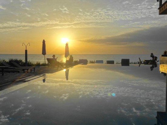 Les Alizes Beach Resort: Piscine coucher de soleil