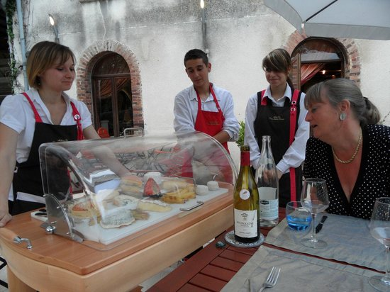 Auberge des Vieux Moulins Banaux : staff helps you to make your choice of cheese