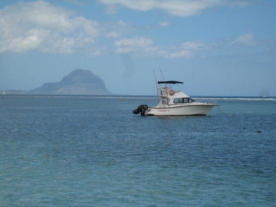 La Pirogue Resort & Spa: Le morne depuis la plage