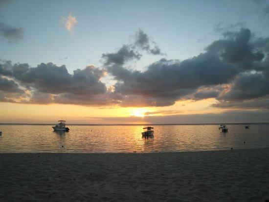 La Pirogue Resort & Spa: La plage
