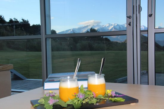 Whare Kea Lodge & Chalet: Gorgeous Canapé with view from Lounge room
