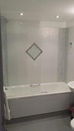 The Elephant & Castle Hotel: Bathroom of room 203