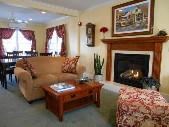 Bayberry House Bed & Breakfast: Guest Living Room and Dining Area