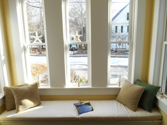 Bayberry House Bed & Breakfast: Our Cozy Windowseat - A Great Place to Read!