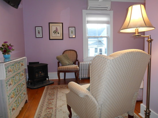 Bayberry House Bed & Breakfast: The Romantic Lilac Room