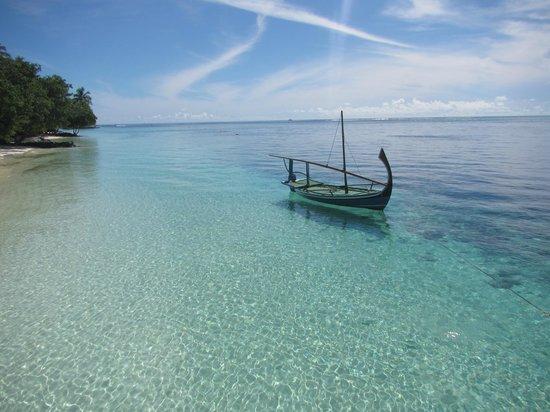 Vilamendhoo Island Resort & Spa: Лодка возле пирса