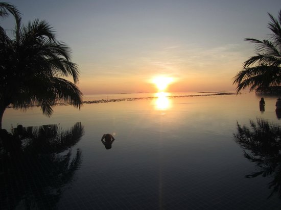 Vilamendhoo Island Resort & Spa: Закат