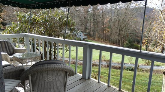 Linville Falls Lodge & Cottages: Nice sitting area with table and chairs next to room #1
