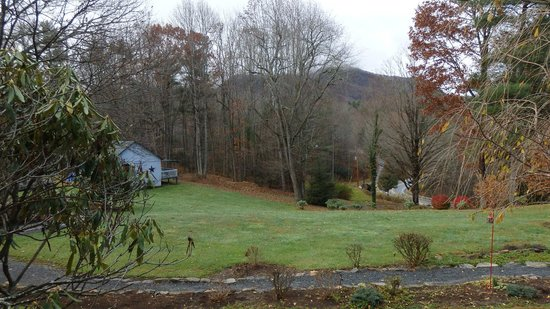 Linville Falls Lodge & Cottages: View from the sitting area around the corner from room #1