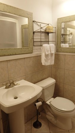 Linville Falls Lodge & Cottages: Very clean bathroom with great lighting