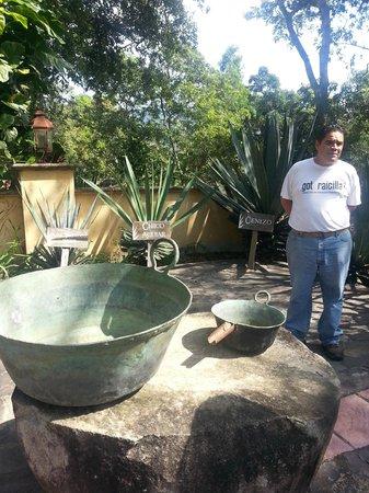 Hacienda el Divisadero: Comenzando la plática de la Raicilla