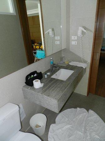 Peach Hill Hotel & Resort: standing at shower