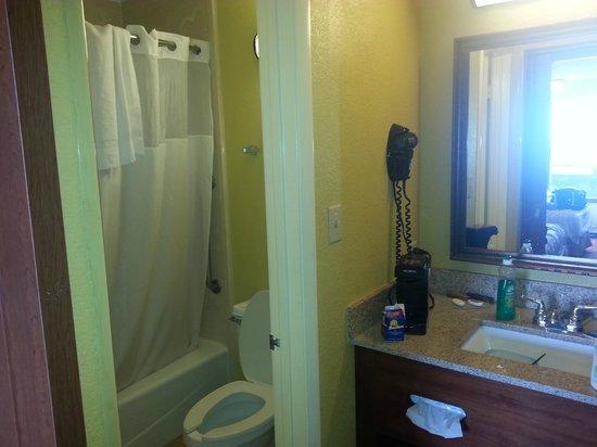 Rosen Inn at Pointe Orlando: Banheiro com cozinha
