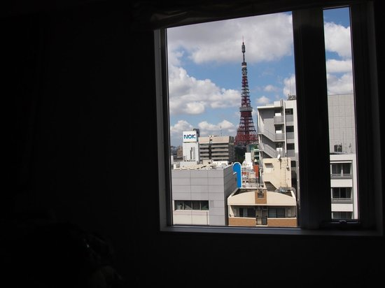 Hotel MyStays Hamamatsucho: morning view of Tokyo tower from our room