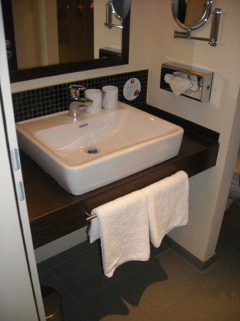 Leonardo Hotel Berlin: Pia do banheiro