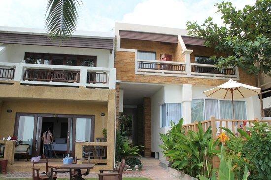 Crystal Bay Beach Resort: Балконы делюксов.