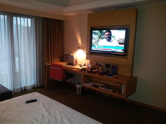 Novotel Singapore Clarke Quay: Room - TV & desk