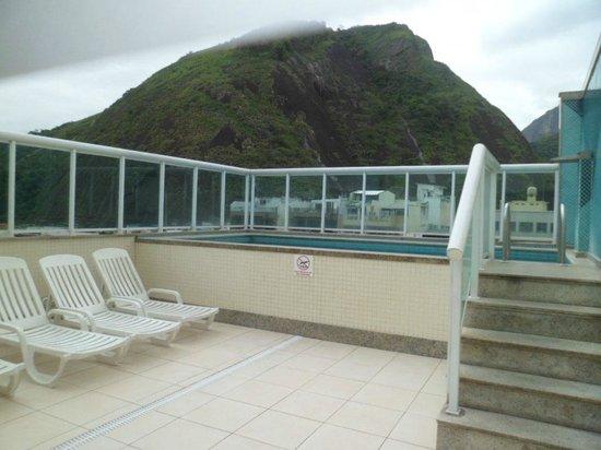 Hotel Bandeirantes : Praticamente aparece nesta foto toda a área da Piscina.