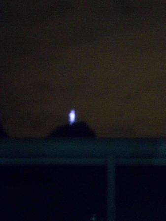 Hotel Bandeirantes : Vista noturna do Cristo da área da piscina.