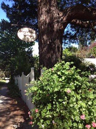 Stone's Throw Cottage B&B: Gate entrance