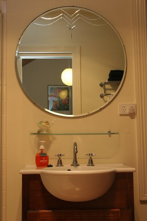 Stone's Throw Cottage B&B : Bathroom vanity