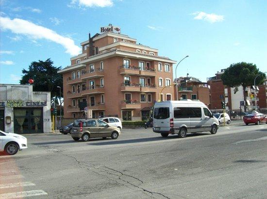 Smooth Hotel Rome West : Hotel Aureliano desde la vereda de enfrente