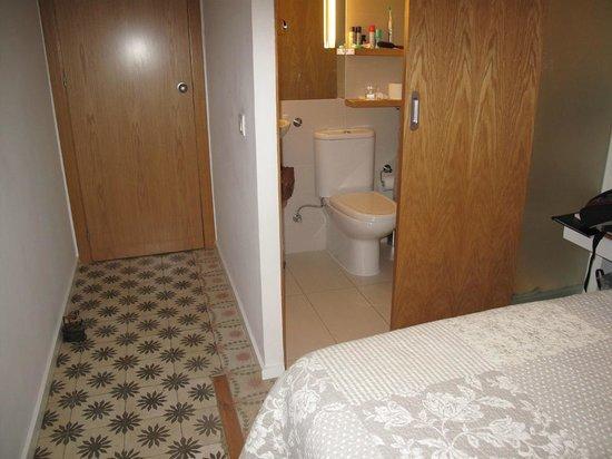 Jocs Florals : Small private ensuite bathroom