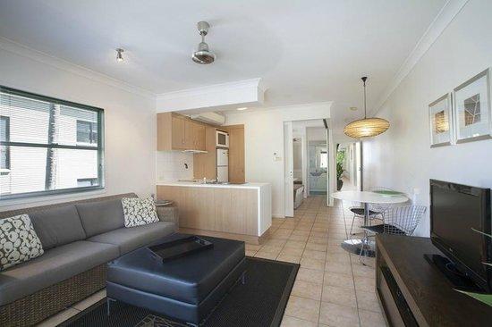 Port Douglas Apartments: lounge / kitchen