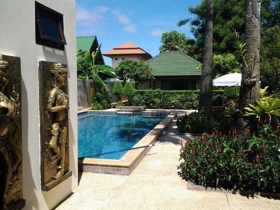 Rawai Boutique Resort: Entrer vers les bungalows et la piscine