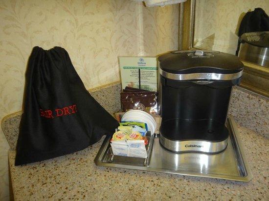 Hilton Pasadena: コーヒーメイカーとドライヤー