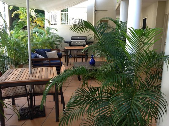 Port Douglas Apartments: BBQ and daybed area