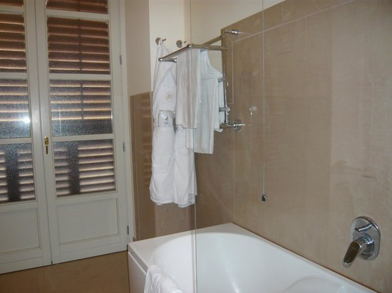 Grand Hotel Piazza Borsa: Corner of spacious bathroom