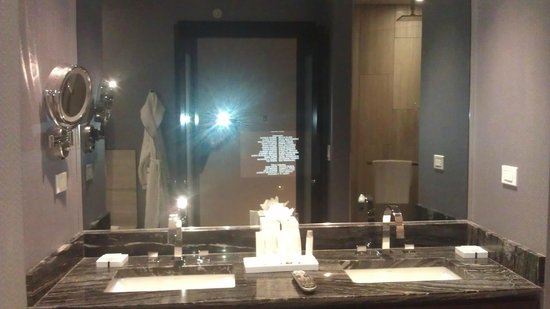 Ivy Boutique Hotel: Vanity with TV in the mirror