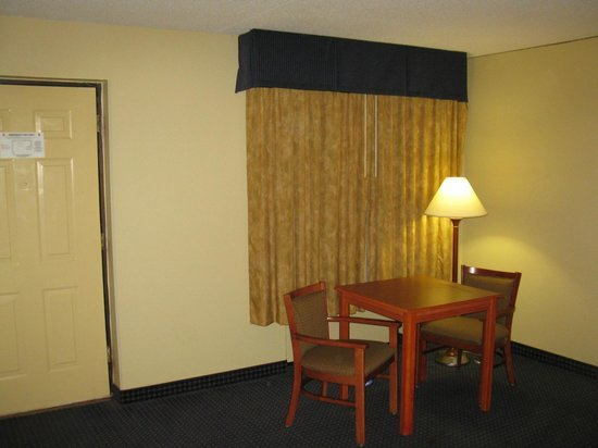 Best Western Plaza Inn: TABLE AND CHAIRS
