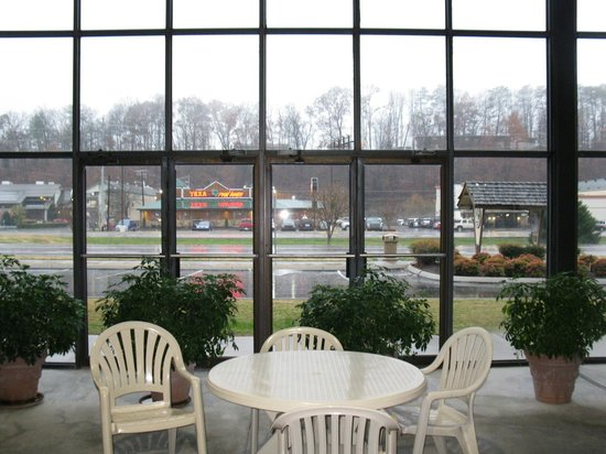 Best Western Plaza Inn: LOOKING OUT TO PARKWAY FROM POOL BUILDING