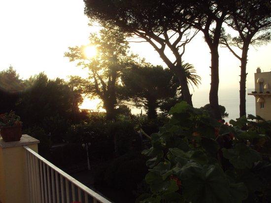 Hotel San Michele: Quarto com vista parcial para o mar (com árvores na frente)