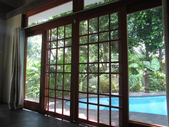 Prana Rainforest Retreat: Screen doors were used our entire trip. Perfect climate to do so!