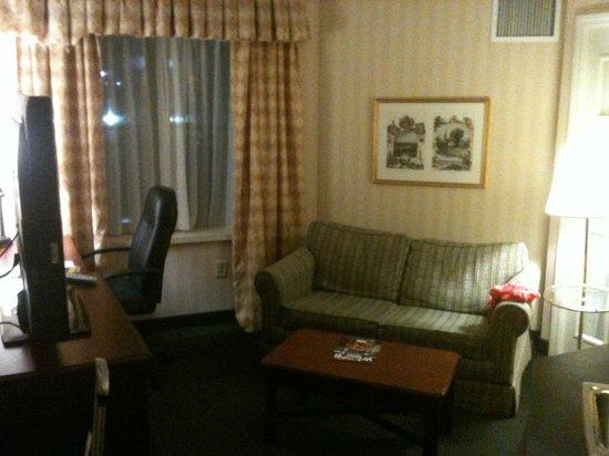BEST WESTERN PLUS Roundhouse Suites : Vista da sala, que também tem uma mesa com cadeira office