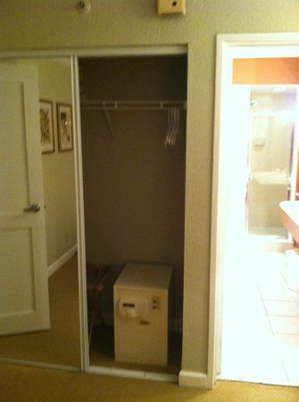 Palm Beach Shores Resort and Vacation Villas: closet has a safe