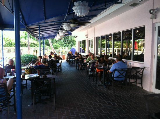 Palm Beach Shores Resort and Vacation Villas: hotel restaurant, outdoor seating