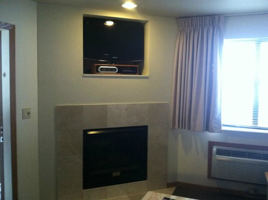 Timber Ridge Lodge & Waterpark : Fireplace and TV
