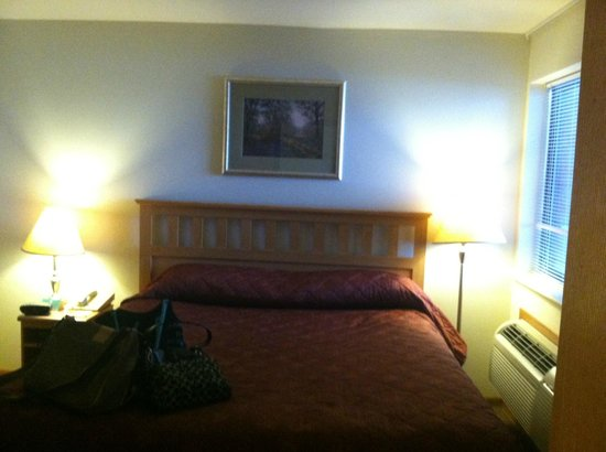 Timber Ridge Lodge & Waterpark : King bed in separate room.