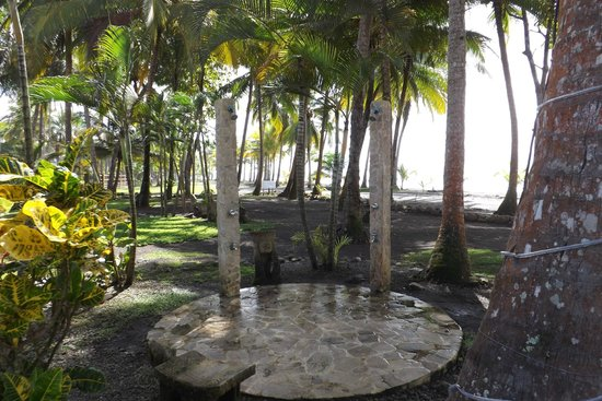 Clandestino Beach Resort : outdoor beach showers