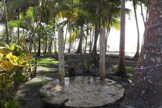 Clandestino Beach Resort : outdoor beach showers