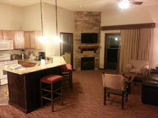Glacier Canyon Lodge: Kitchen and Living area