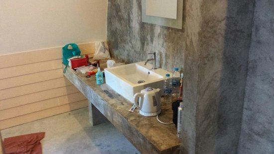 Rantee Cliff Beach Resort: bathroom, only Beton