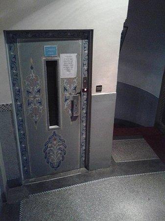 Hotel Du Louvre : лифт