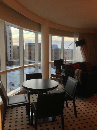 Radisson Plaza Hotel at Kalamazoo Center: Living Room / Dining Table